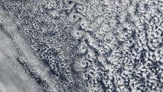 Wulkan zaplata warkocze w chmurach