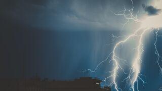 Burze z gradem, intensywny deszcz. Prognoza pogodowych zagrożeń IMGW