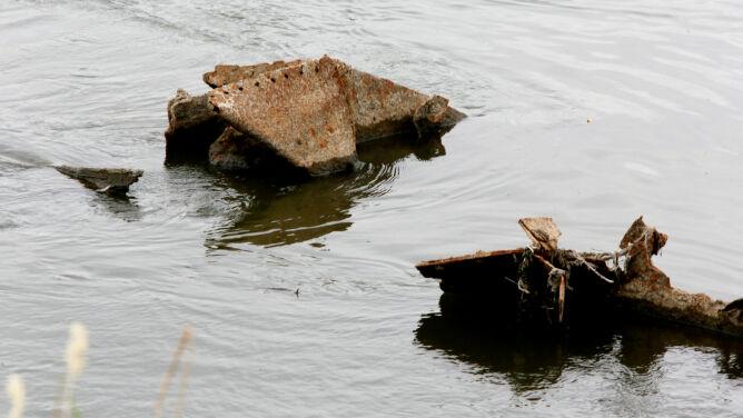 Niski stan wody na Wiśle. <br />W Warszawie wyłonił się wrak