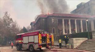 Pożar zbocza góry wymknął się spod kontroli, zapłonęły budynki uniwersytetu